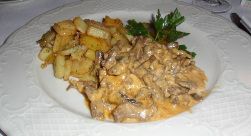 Bœuf stroganoff accompagné de pommes de terre sautées