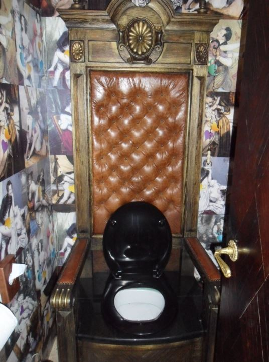 Toilettes montées sur une imitation de trône au restaurant Tsar de St Petersbourg