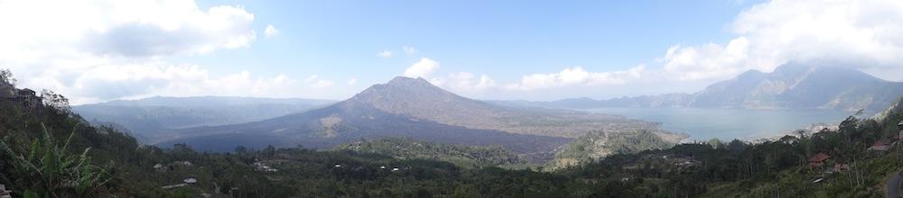 Vue panoramique sur le volcan Batur et son lac
