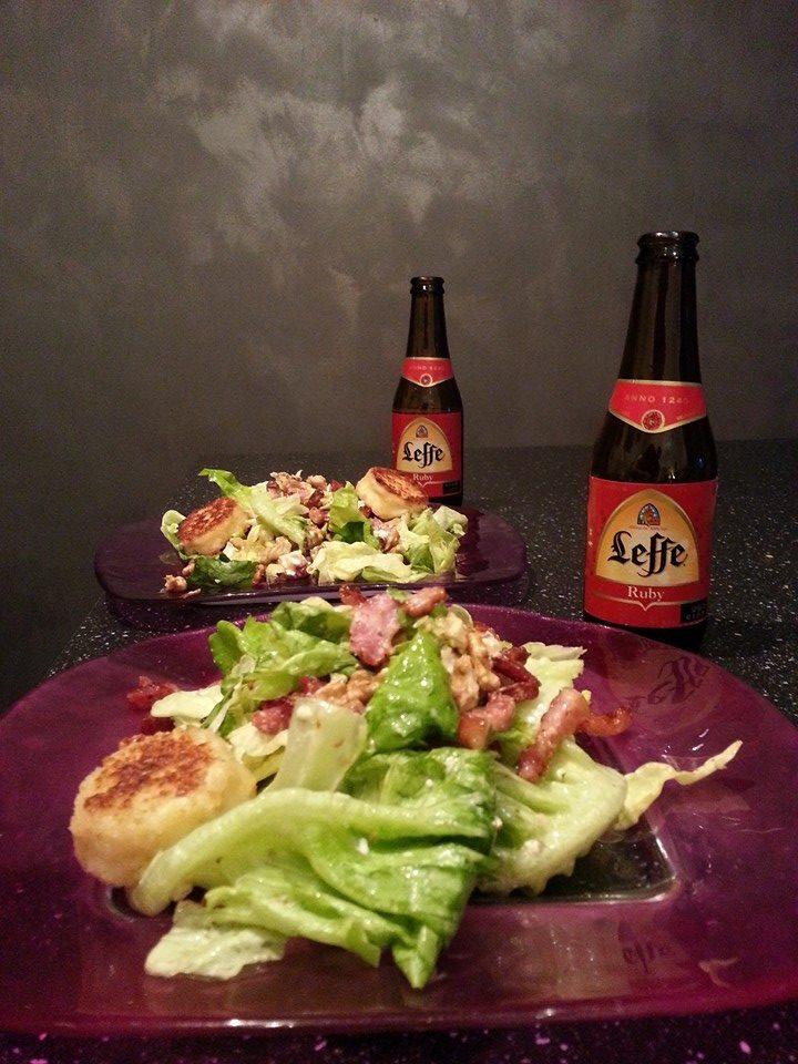 Salade Lyonnaise accompagnée d'une bière Leffe Ruby