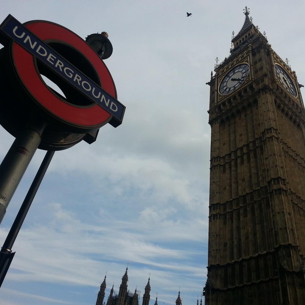 Panneau de l'underground avec Big Ben à côté