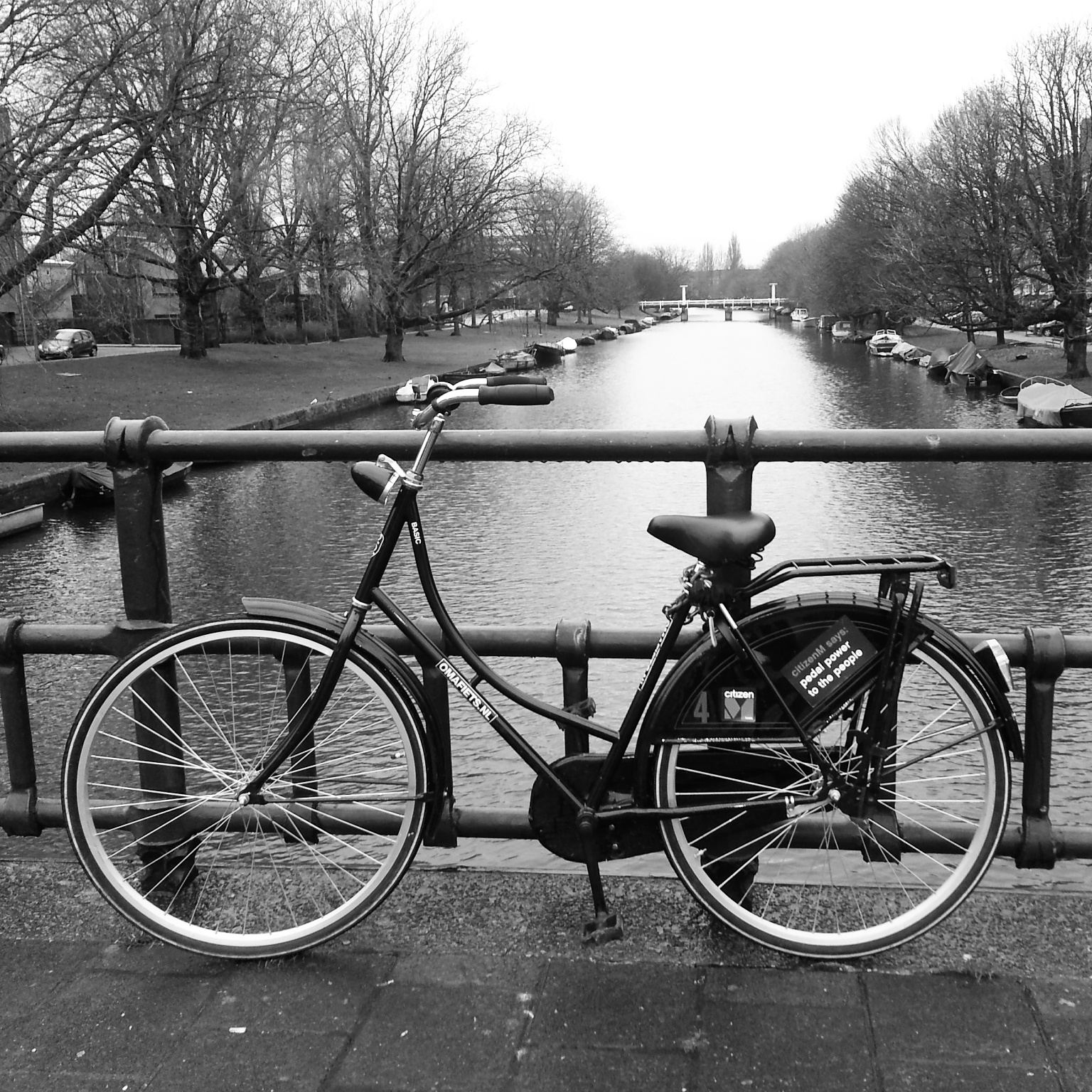 Vélo citizenM sur un canal d'Amsterdam
