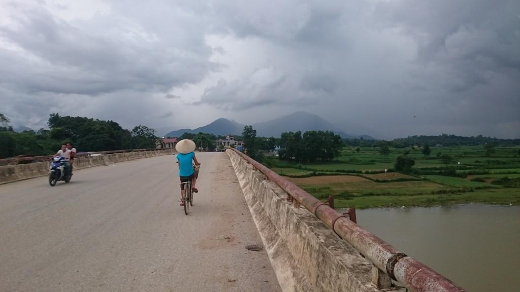 Au loin, c'est la pluie qui brouille les montagnes