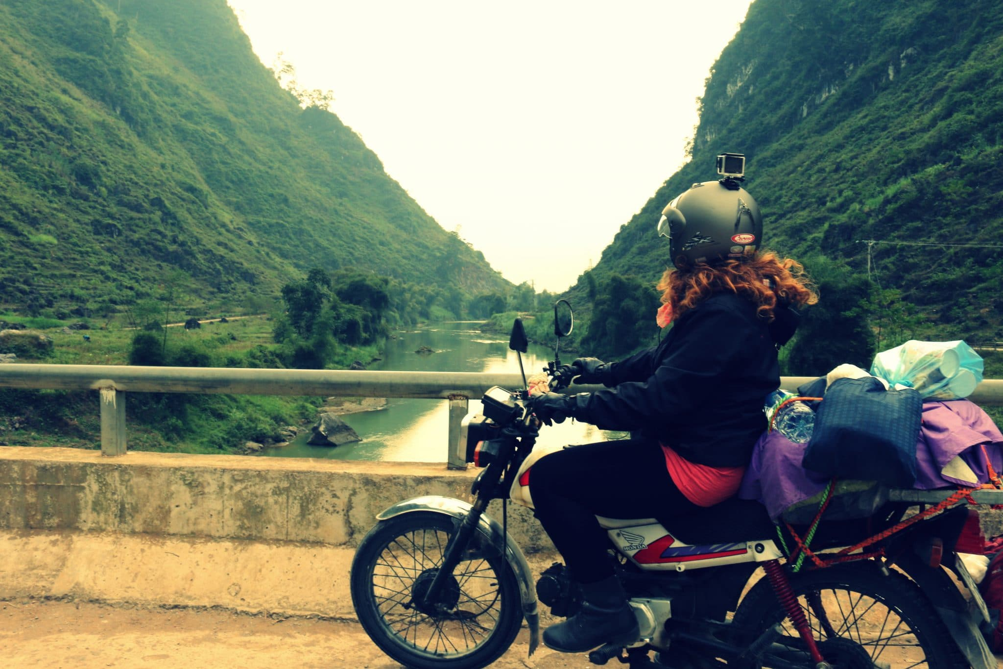 Cynthia Castelletti sur sa deuxième moto au Vietnam