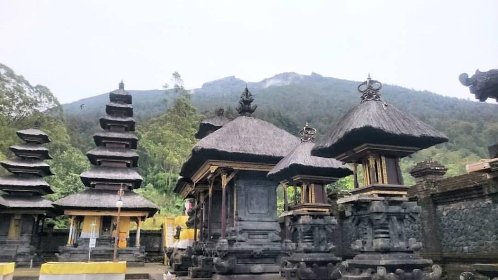 Le temps Pura Pasar Agung qui se trouve sur le volcan