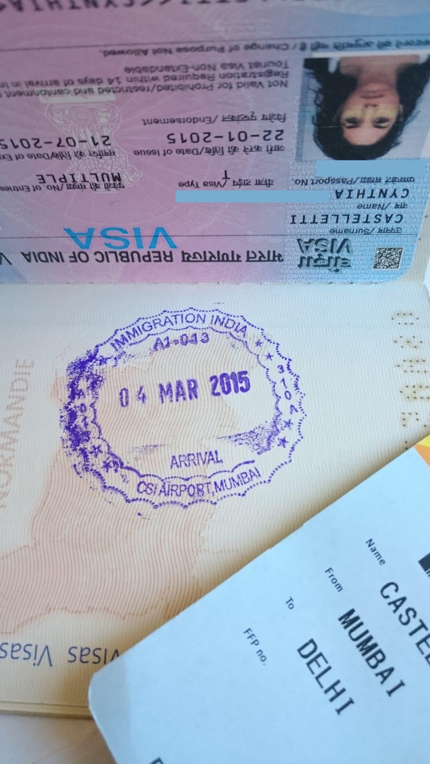 visa tourisme Inde et billet d'avion de Mumbai à Delhi avec tampon du visa sur le Passeport